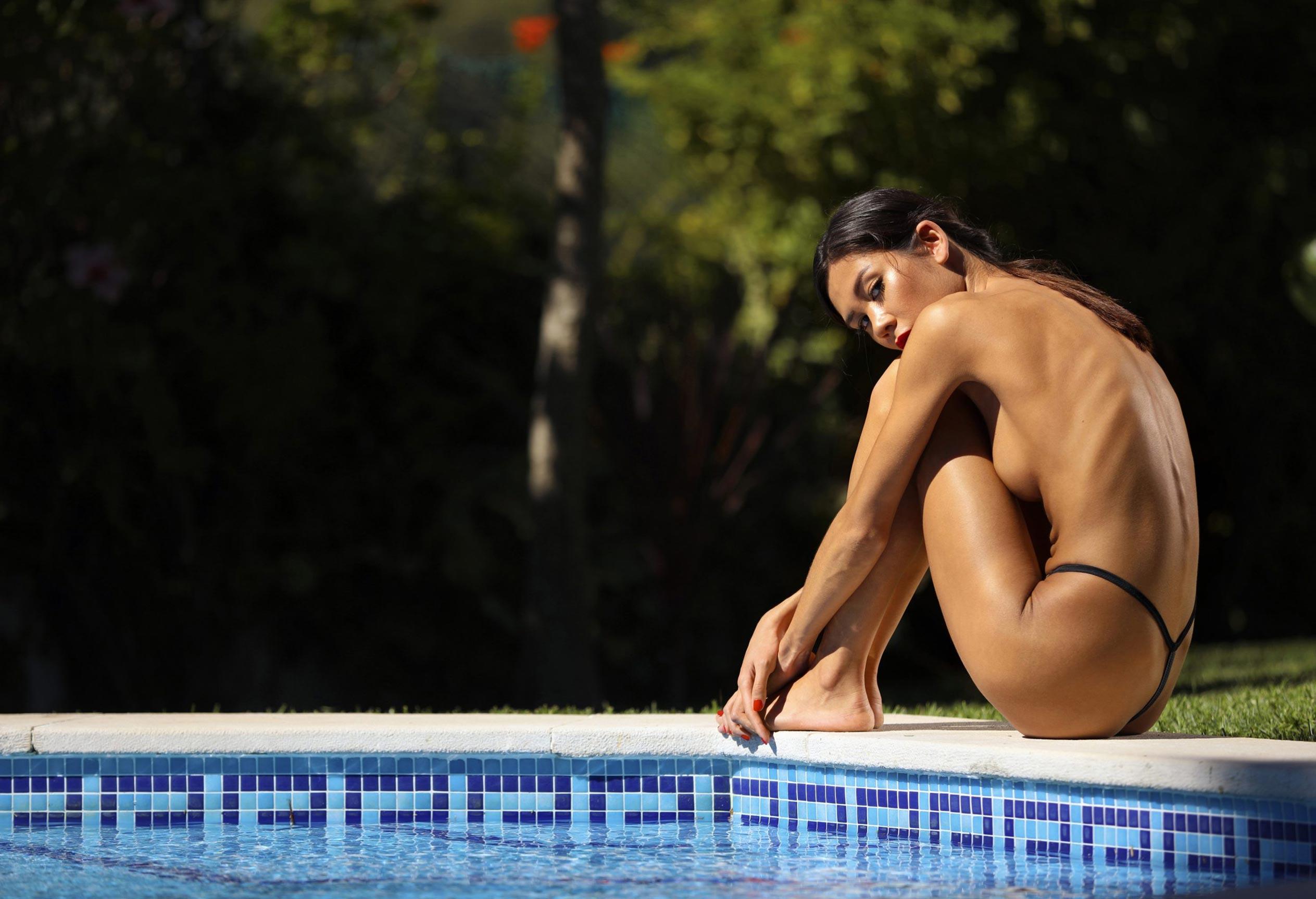 Кледия Фортин отдыхает у бассейна на фотографиях Аны Диас / фото 01
