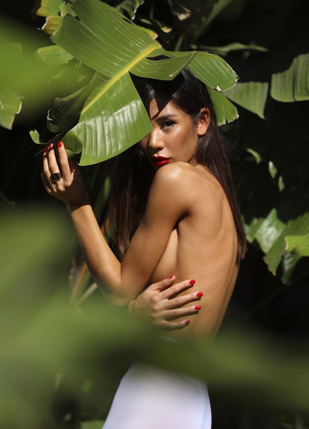 Кледия Фортин отдыхает у бассейна на фотографиях Аны Диас / фото 06