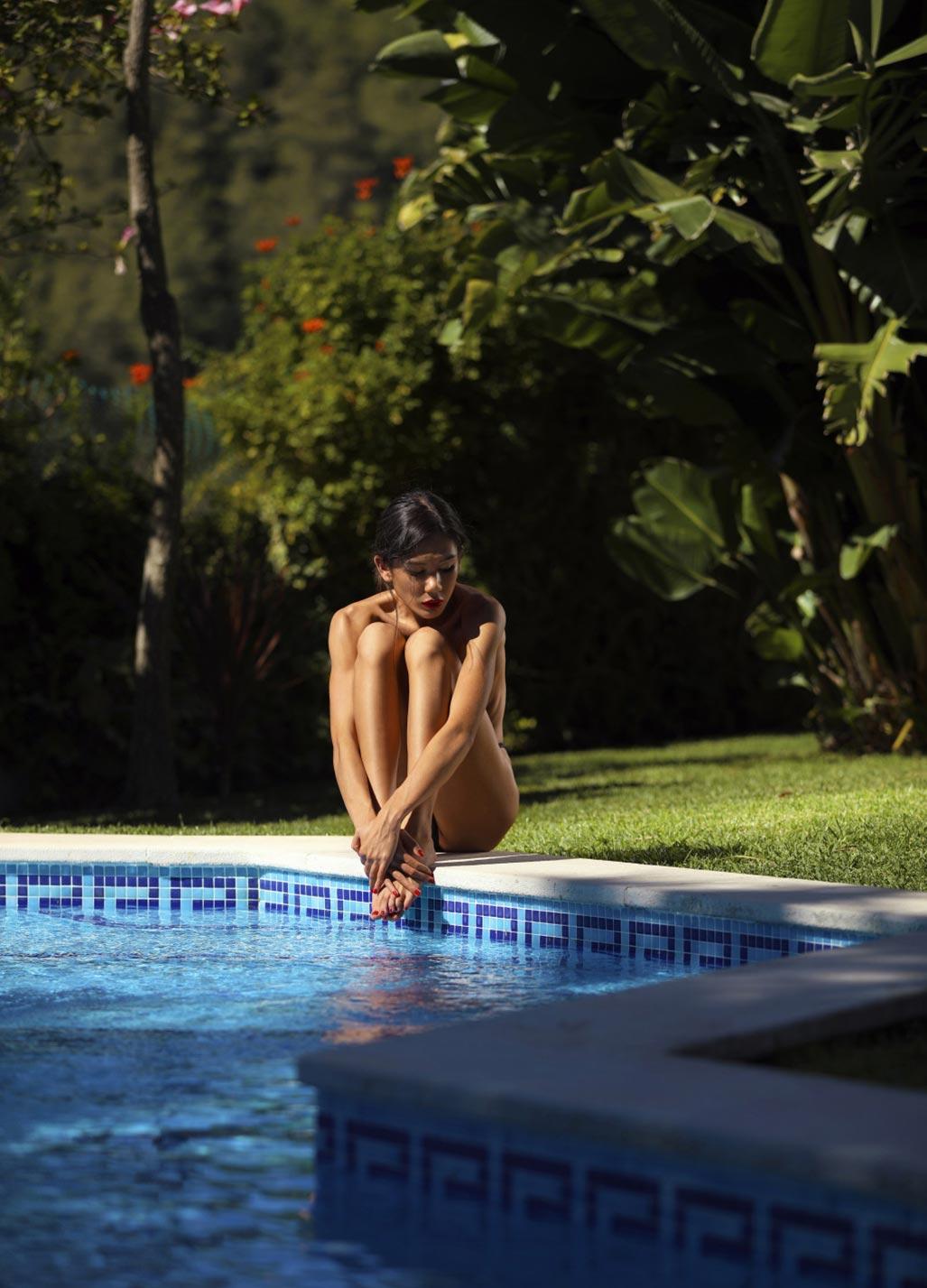 Кледия Фортин отдыхает у бассейна на фотографиях Аны Диас / фото 12