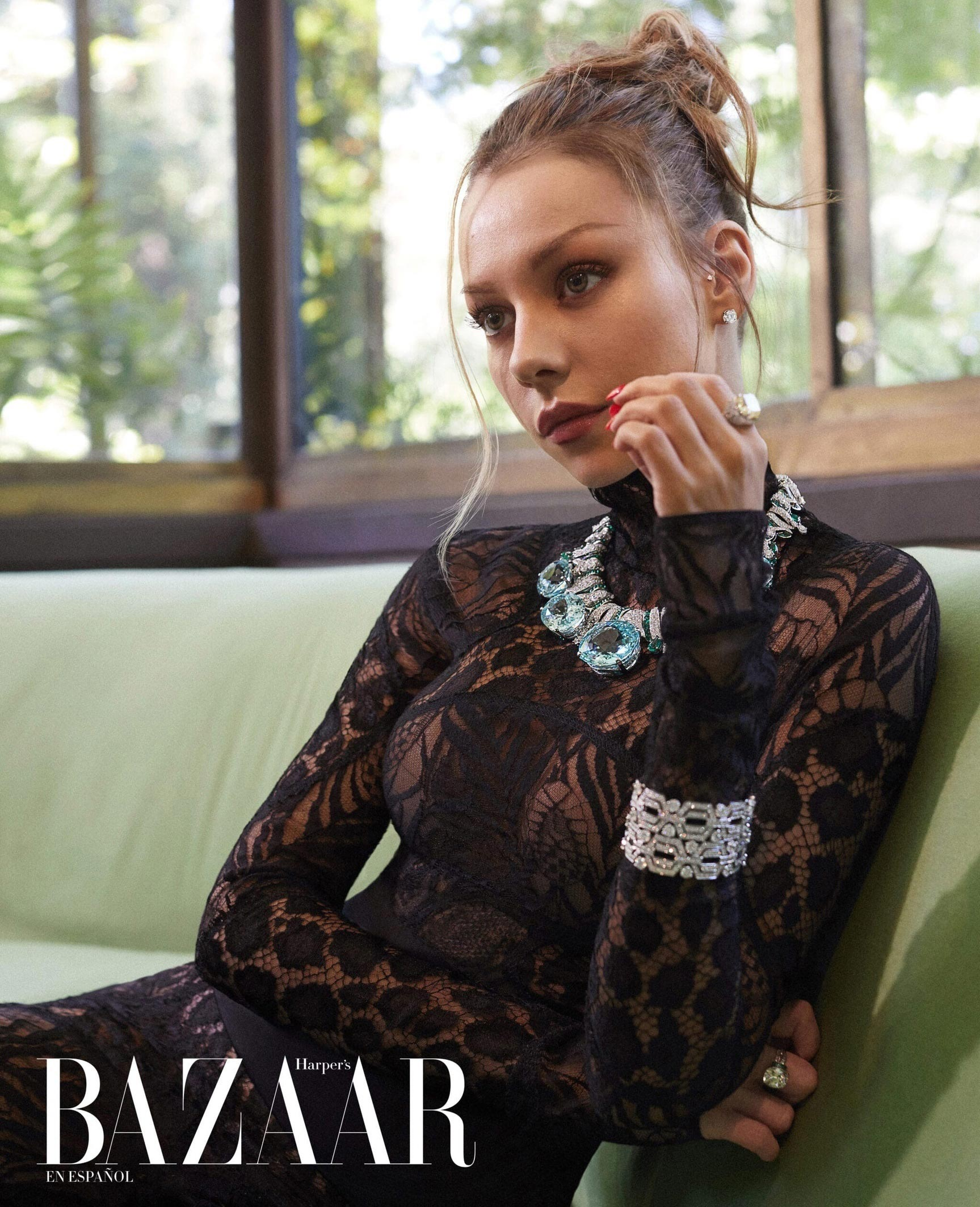испанская актриса Эстер Экспосито демонстрирует шикарные наряды на страницах журнала Harpers Bazaar Мексика, октябрь 2021 / фото 02