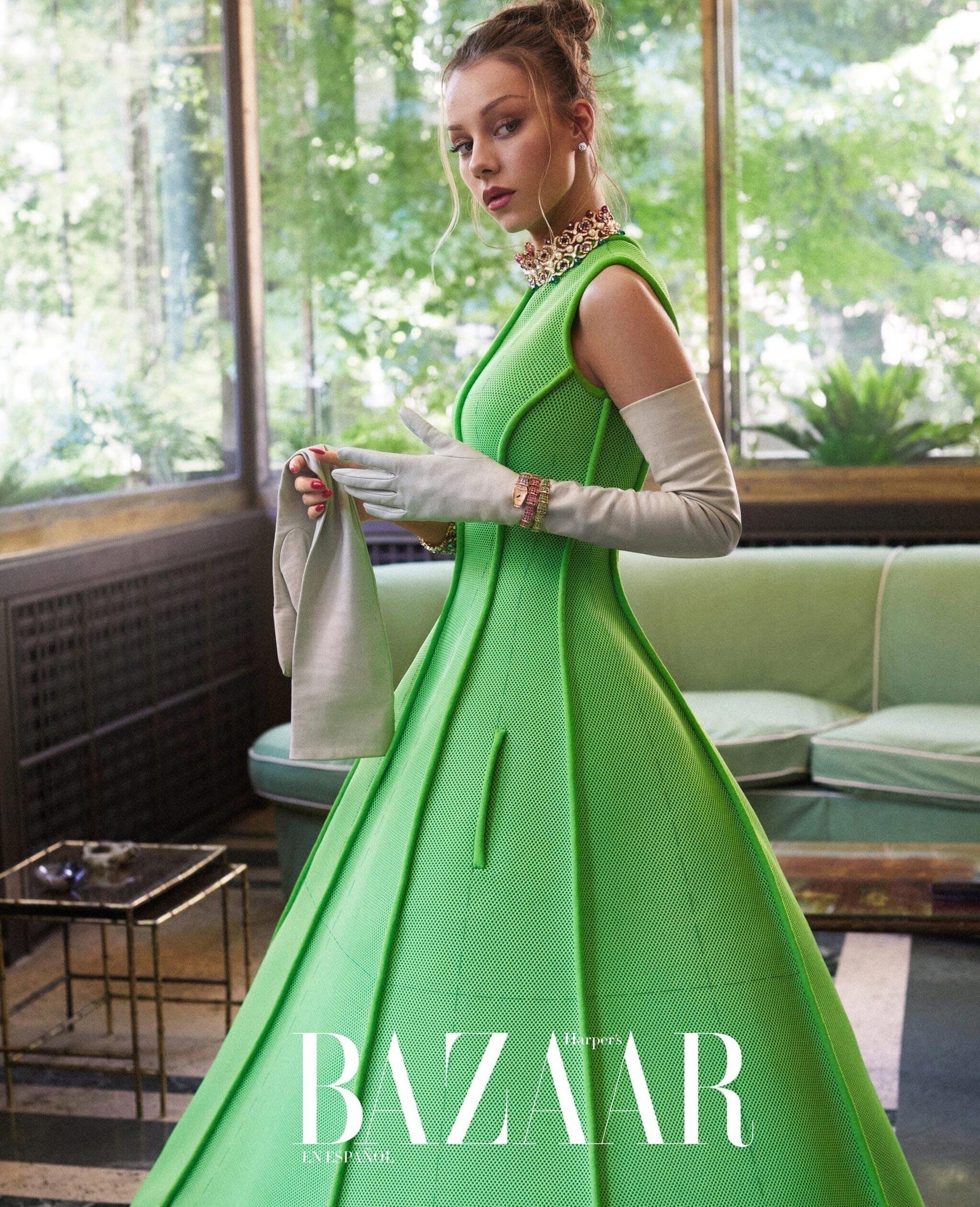 испанская актриса Эстер Экспосито демонстрирует шикарные наряды на страницах журнала Harpers Bazaar Мексика, октябрь 2021 / фото 03