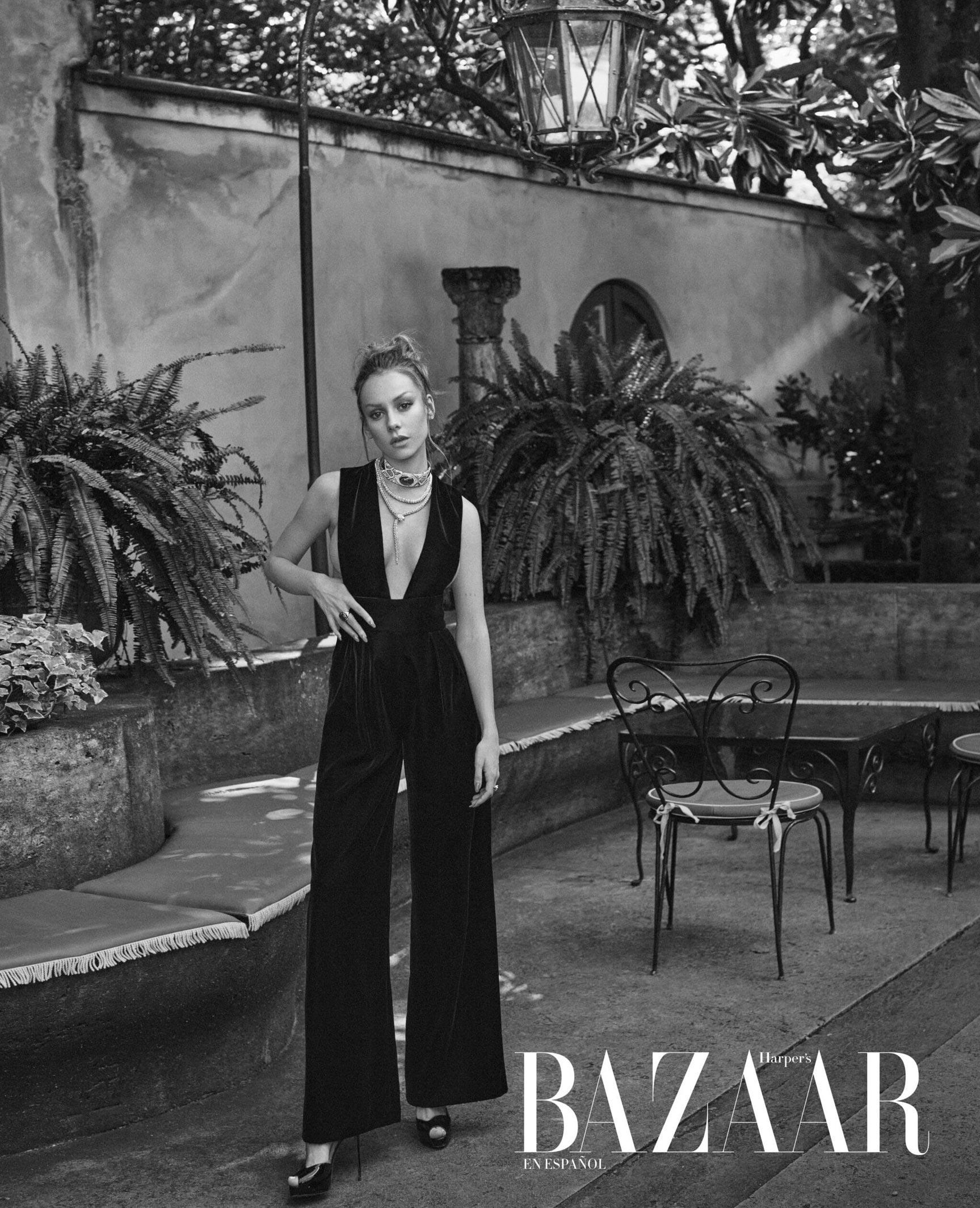 испанская актриса Эстер Экспосито демонстрирует шикарные наряды на страницах журнала Harpers Bazaar Мексика, октябрь 2021 / фото 08