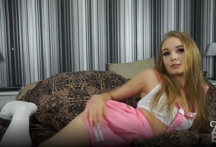 Onlyfans.com: Young girl plays with toys until she squirts Starring: Miss Banana