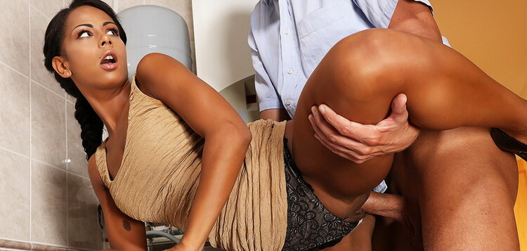 MomXXX/SexyHub - Isabella Chrystin - Hot black babe caught masturbating [FullHD 1080p]