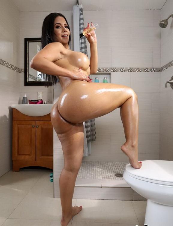 AssParade.com BangBros.com: Peeking In On This Juicy Big Ass Starring: Rose Monroe