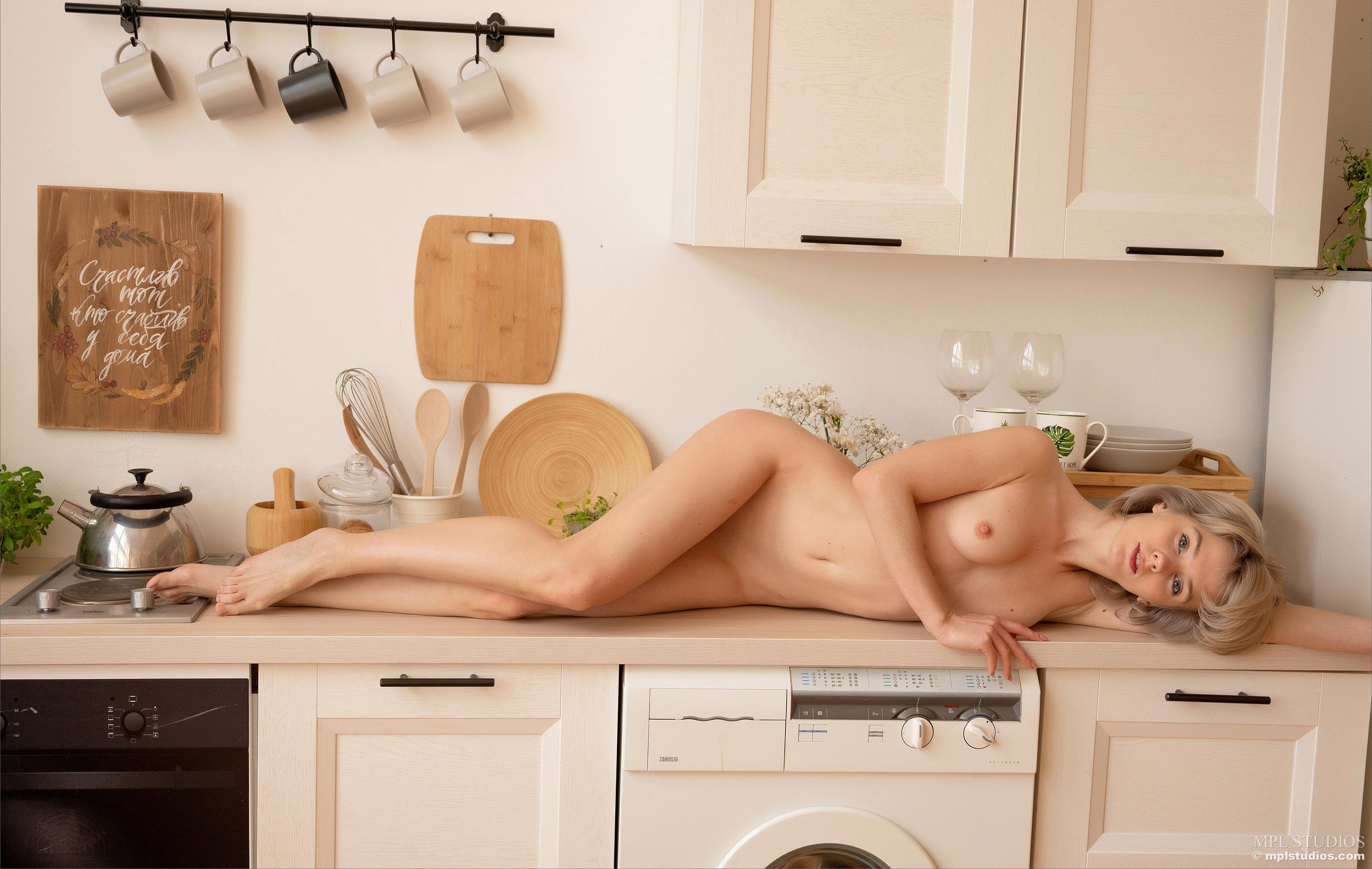 начинающая домохозяйка Марта Громова, голая дома / фото 01
