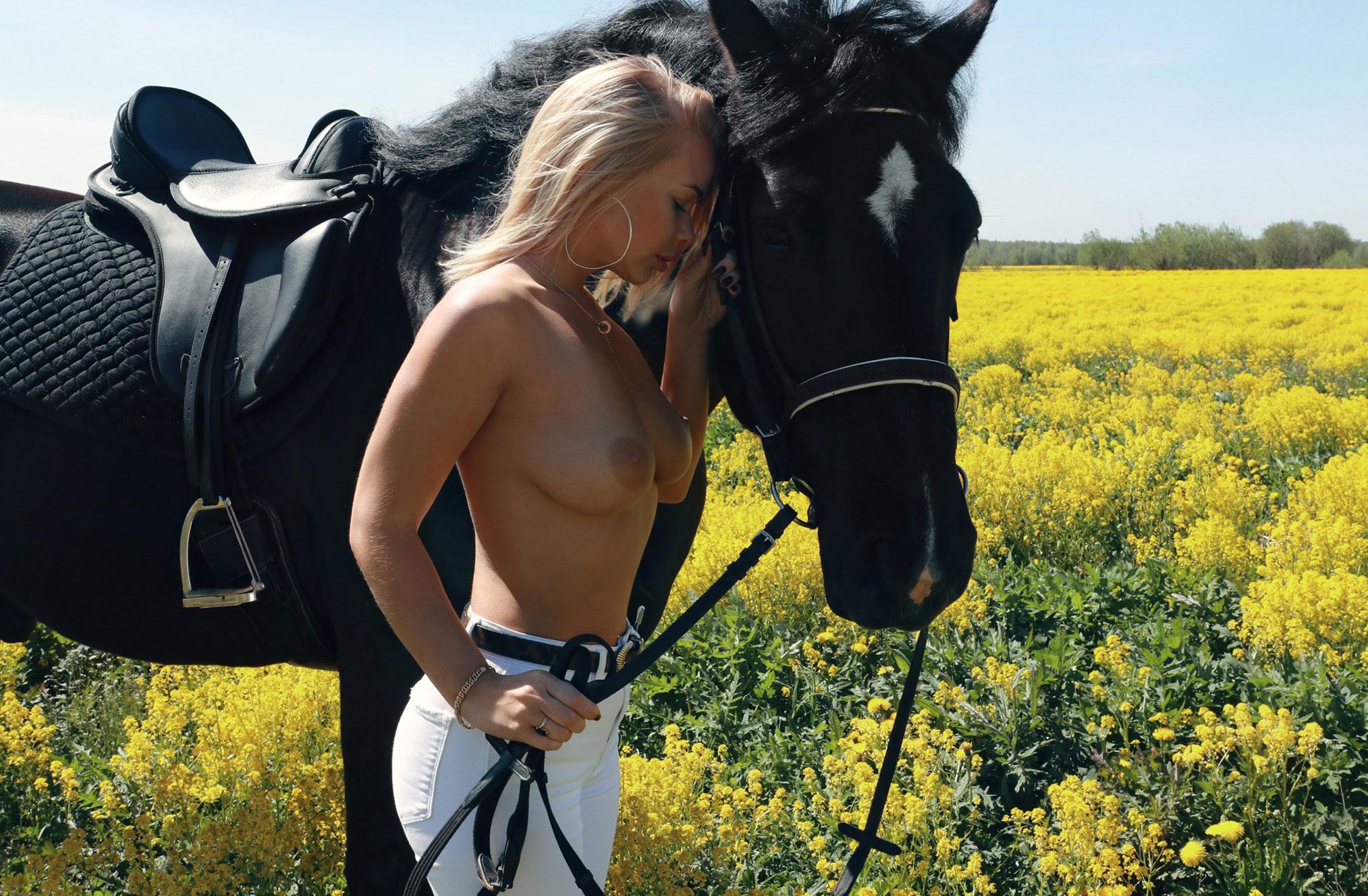 голая Дарина Никитина и вороной конь в чистом поле / фото 08