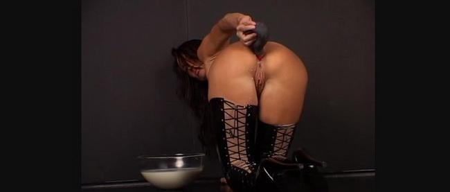Latexangel: Latex noir Lavement au lait et autofist anal Starring: LatexAngel AKA Angelina